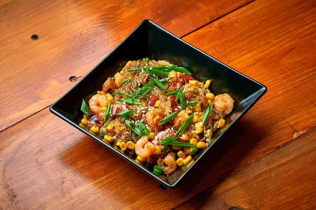 Азиатская лапша фунчоза с креветками, овощами и кисло-сладким соусом. целлофановая лапша вок