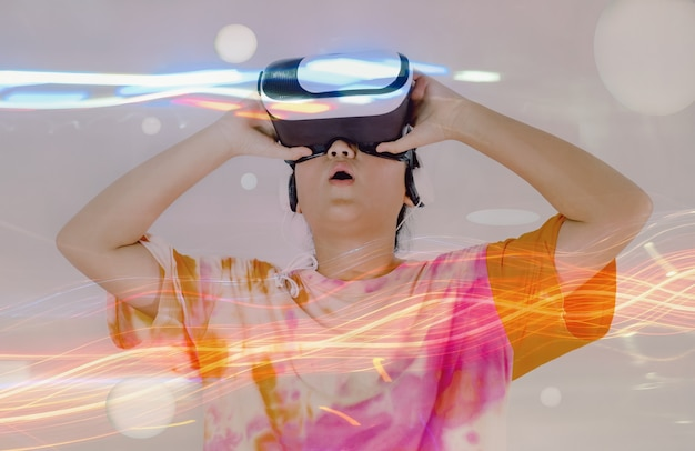 Азиатская девушка в восторге от опыта vr box, технологии виртуальной реальности на белом фоне.