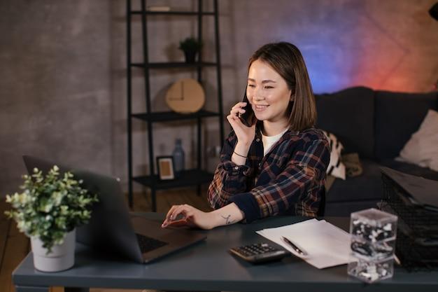 ノートパソコンに取り組んでいるアジアの女の子のフリーランサー