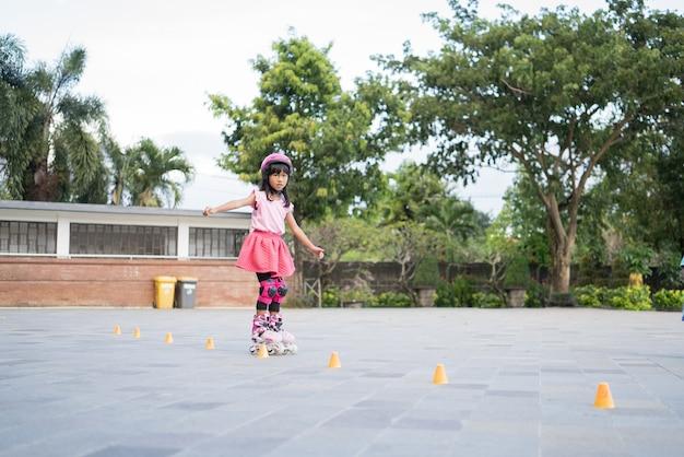 그녀의 인라인 스케이트에가 아시아 소녀