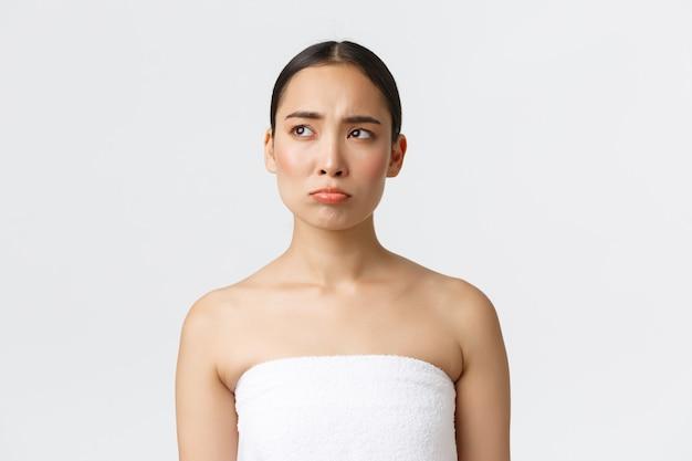 白いタオルでアジアの女の子