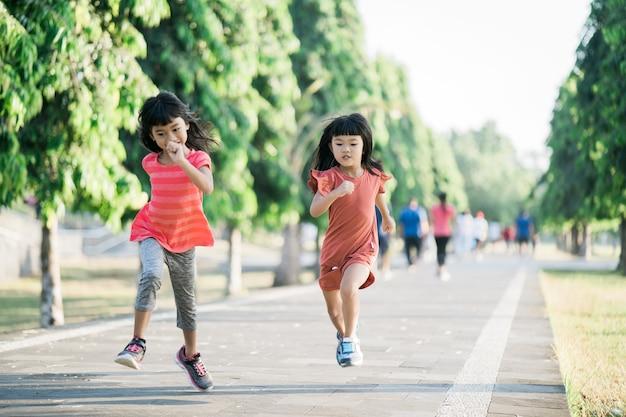 Азиатская девушка бегает в парке утром