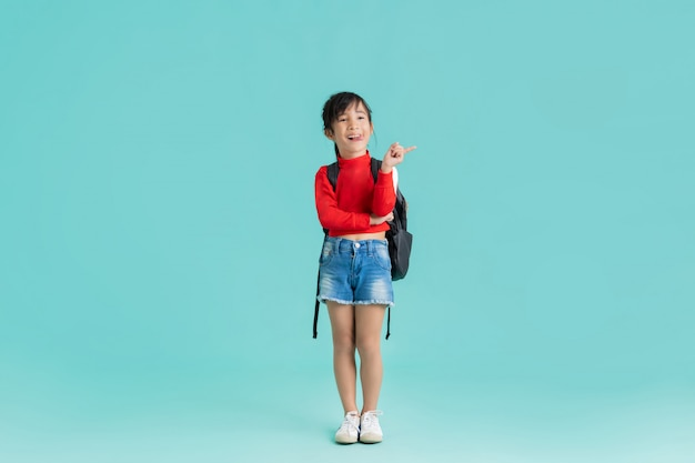 アジアの女の子がテキストを挿入するように指しています。