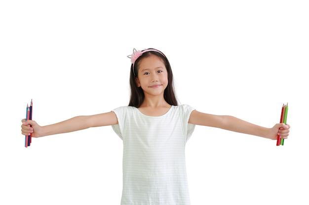 흰색 배경에 고립 된 컬러 연필을 들고 아시아 여자 아이. 클리핑 패스가 있는 이미지