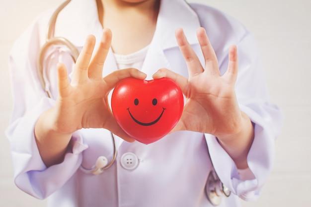 健康な心をケアする医者として遊ぶアジアの女の子