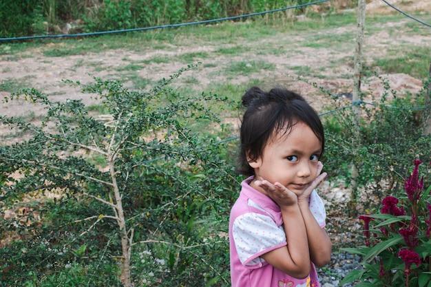 Азиатская девушка позирует во время семейной поездки в лес