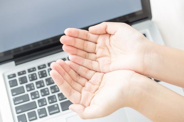 コンピューターのラップトップで祈るアジアの女の子、教会は新しい通常の概念を提供します、検疫コロナウイルスcovid-19の間に家の教会、家の概念、精神性と宗教からのオンライン教会
