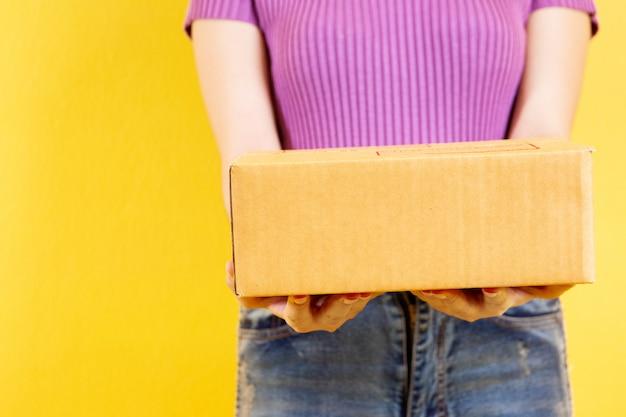 Asian girl's portrait in e-commerce and parcel service concept. Premium Photo