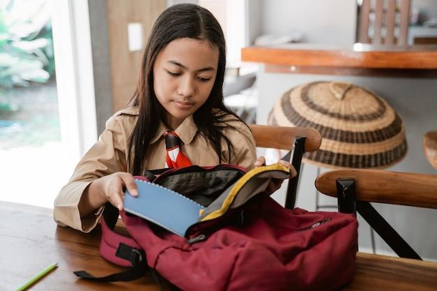 Азиатский студент-скаут, готовящийся перед походом в школу