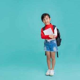 本を抱きしめるアジアの女子学生