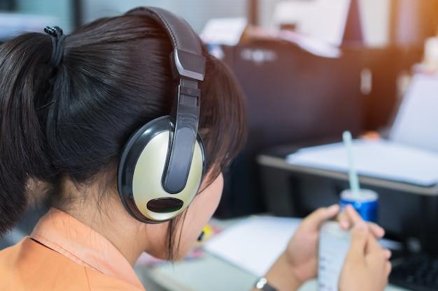 비디오 자습서를 시청하기 위해 스마트 폰과 컴퓨터에서 배우는 아시아 여자 학생