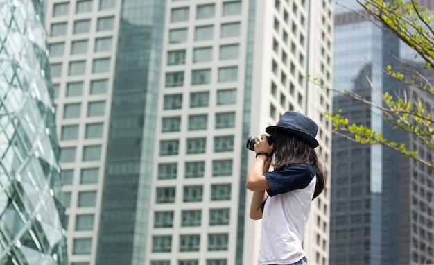 아시아 여자는 도시에서 사진을 찍을