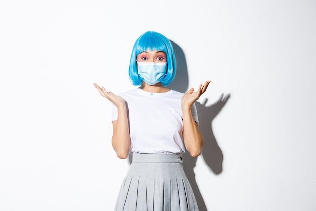 青いかつらのポーズを着ているアジアの女の子