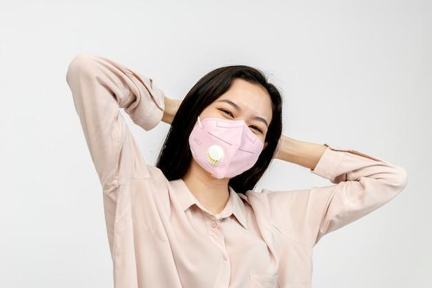 フェイスマスクを身に着けているアジアの女の子