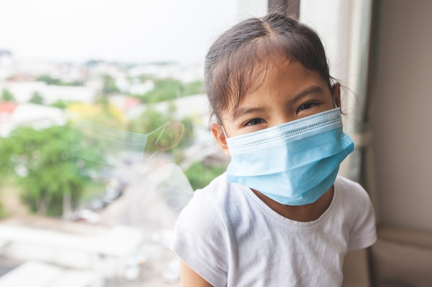 Азиатская девушка носить защитную маску и остаться дома