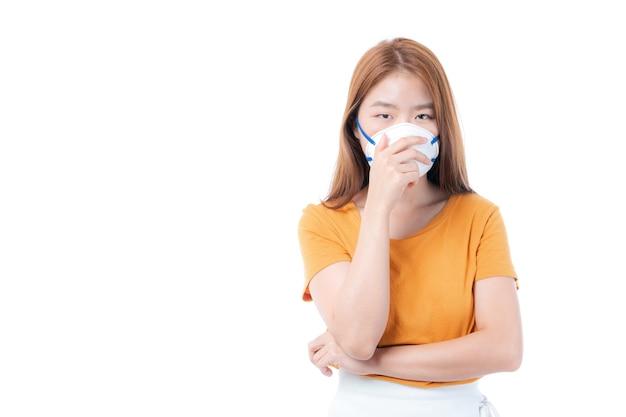 白い背景の上の検疫コロナウイルスcovid19の発生中に保護のための保護フェイスマスクを身に着けているアジアの女の子は、スプレッドcovid-19を保護します