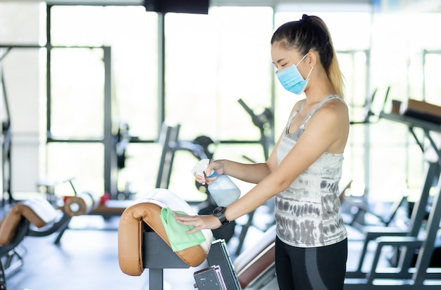 Asian girl wears an anatomy mask to exercise in gym to prevent believing viruses