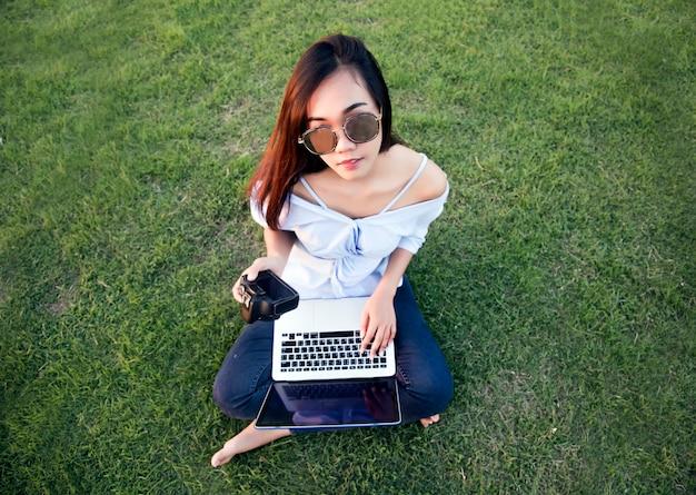 Азиатская девушка с цифровой камерой
