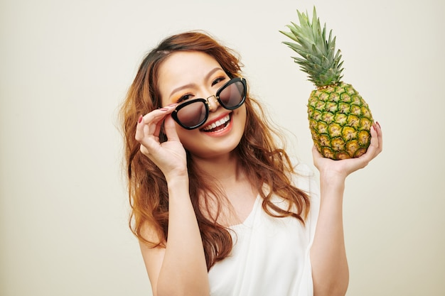 Азиатская девушка с экзотическими фруктами