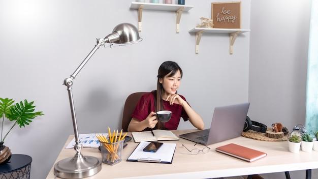 自宅からリモートで働くアジアの女の子