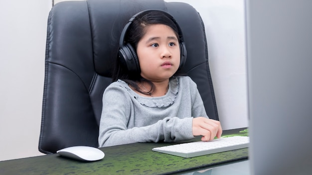 아시아 소녀들은 노트북으로 온라인 공부를 하고 있다