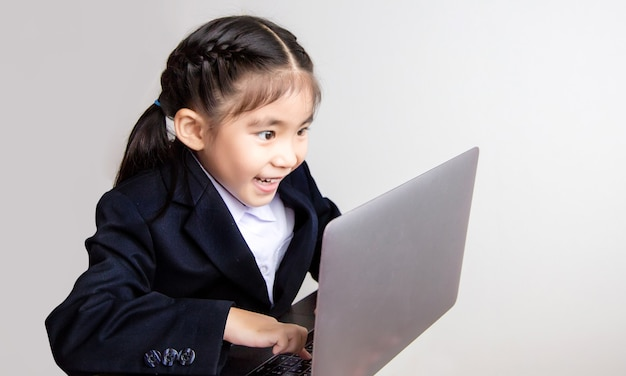 Азиатские девушки используют компьютеры для онлайн-обучения. в строгом деловом костюме на белом фоне для использования в образовательном бизнес-контенте.