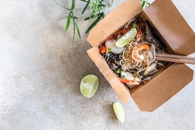 다양한 해산물 야채와 표고버섯을 곁들인 아시아식 유리 국수