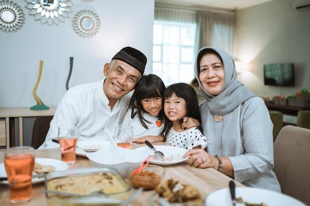 Азиатские бабушки и дедушки и внуки наслаждаются своим временем вместе улыбаясь