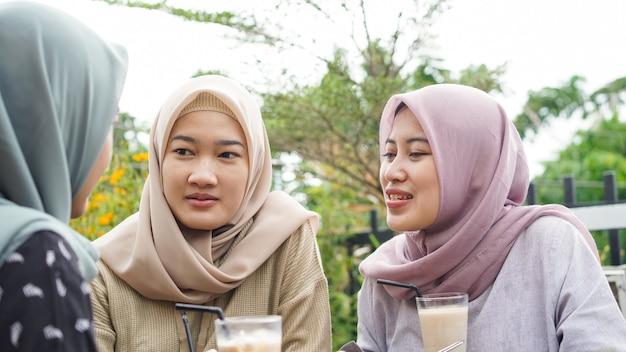 친구와 함께 카페에서 아시아 그룹 hijab 여자 smilling