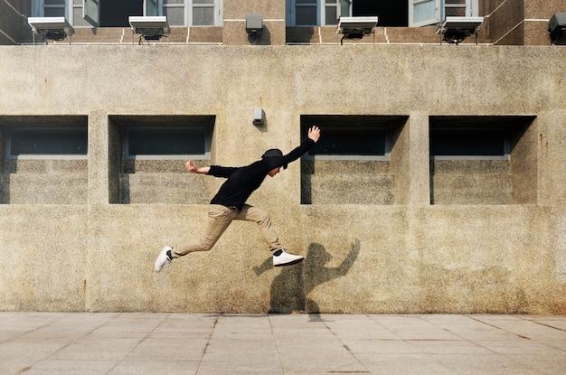 Азиатский парень midair jumpshot на открытом воздухе Premium Фотографии