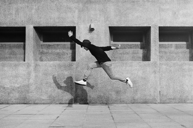 Азиатский парень в воздухе прыгает на свежем воздухе