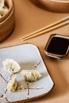アジアの餃子、餃子スナック、箸、蒸し器