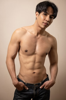 部屋で上半身裸のアジアのハンサムな男