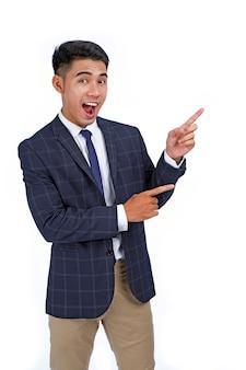 指を指すアジアのハンサムな若いビジネスマン