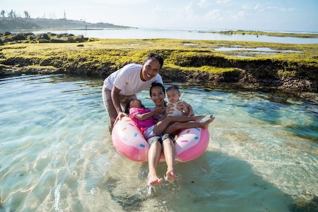 ビーチで遊んでアジア幸福家族