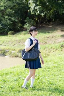 유니폼을 입고 학교에서 웃고있는 아시아 여고생
