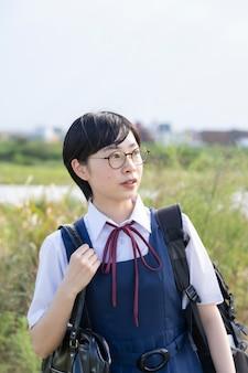Азиатские девушки средней школы носят форму и улыбаются в школе