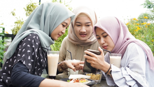 친구와 함께 카페에서 아시아 hijab 여자 그룹 smilling