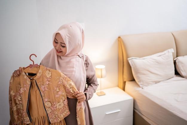 Азиатские хиджабы измеряют новое платье