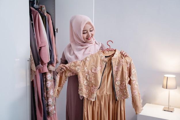 Азиатские женщины-хиджабы измеряют новую гамму своим телом