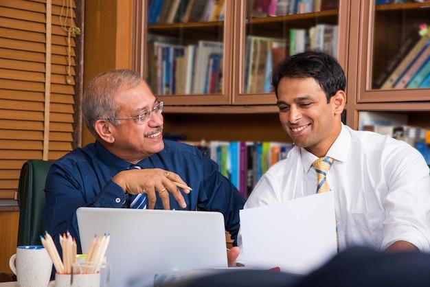 Азиатские индийские деловые люди или корпоративная культура и концепция работы в офисе с ноутбуком, документы, встречи, презентации и обсуждения