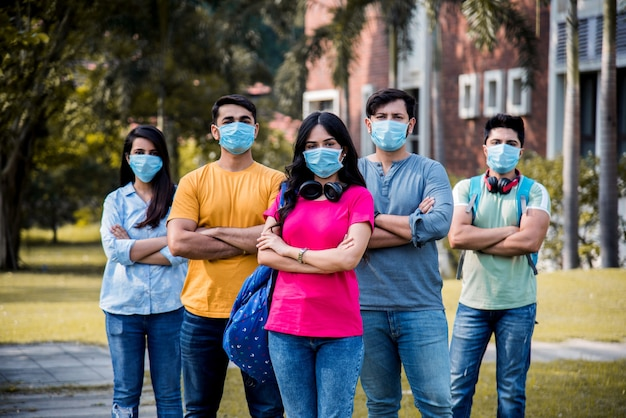 アジアのインド人学生はフェイスマスクを着用し、コロナパンデミックのロックが解除された後、大学のキャンパスで社会的距離の規範に従い、1人の学生に焦点を当てます