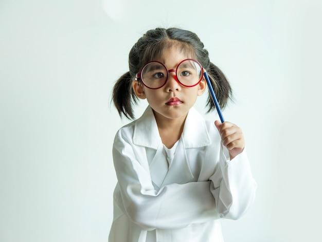 医者や発明家のような白い制服を着たアジアの子供