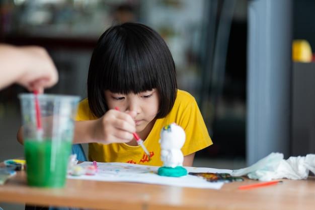 종이에 아시아 아이 페인트 색상, 교육 개념