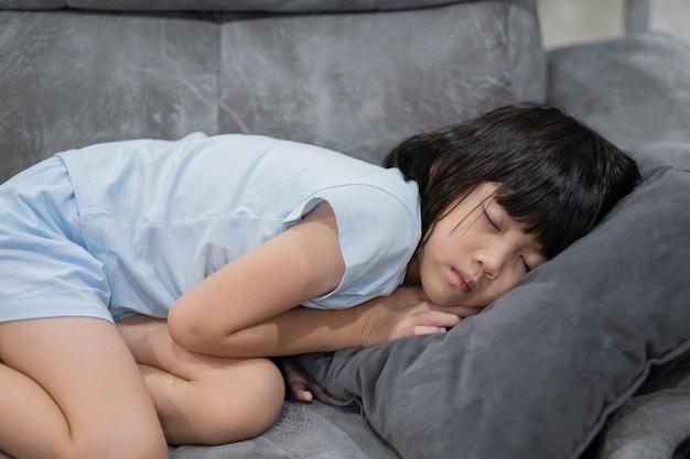 Азиатский ребенок спит на кровати, больной ребенок