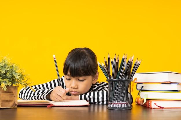 Азиатский ребенок, писать на ноутбуке