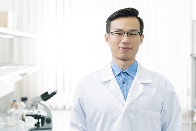Азиатский портрет лабораторного работника