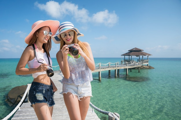 Азиатский туристический курорт леди на острове кудг вместе