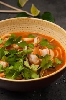 국수와 해산물을 곁들인 아시아 락사 수프