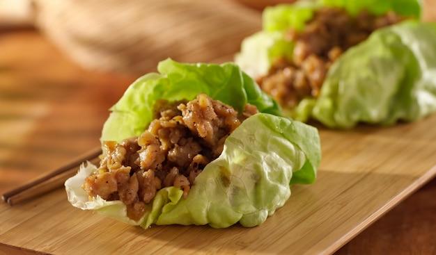 Обертка из азиатского салата с куриным фаршем и приправами